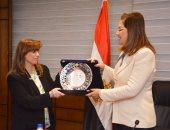وزيرة التخطيط تكرم نائبتها بعد انتهاء خدمتها بالوزارة