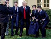 """صور.. لقطات ساخرة لـ""""ترامب"""" أثناء استقباله لاعبين رياضيين بواشنطن"""