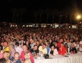 صور.. آلاف السائحين يشاهدون إضاءة سماء شرم الشيخ بالأنوار