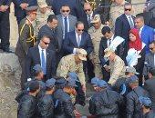 """صور وفيديو.. أحد الصيادين يلقى قصيدة أمام الرئيس السيسى.. وزملائه يهتفون: """"تحيا مصر"""""""