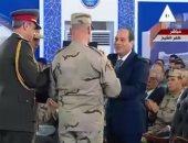 رئيس جهاز الخدمة الوطنية يهدى الرئيس المصحف الشريف فى افتتاح بركة غليون