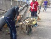 صور.. شباب مركز أبو تشت يشاركون عمال النظافة تنظيف الشوارع
