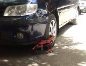 """فيديو..المرور """"يكلبش"""" سيارات تقف انتظار خاطئ بشوارع القاهرة"""