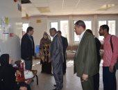 صور .. نائب رئيس جامعة الأزهر يفاجئ عيادة الرمد بالمستشفى الجامعى بأسيوط