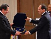 فيديو وصور.. الرئيس السيسى يمنح نظيره القبرصى قلادة النيل