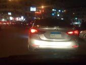 قارئ يرصد سير سيارة بلوحات معدنية مطموسة فى مصر الجديدة