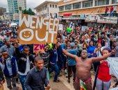 """لافتة """"ارحل يا فينجر"""" تظهر فى مظاهرات زيمبابوى ضد موجابى"""