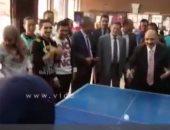 """فيديو .. عميد دار علوم ينافس دكتورة نحو فى مباراة """"بينج بونج"""""""