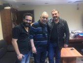 """وائل رمضان يحضر عرض مسرحية """"يوم أن قتلوا الغناء"""" وأشرف زكى فى استقباله"""