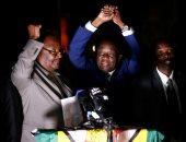 رئيس زيمبابوى الجديد يقيل وزيرين إثر انتقادات