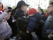 صور.. أولياء أمور يهاجمون روضة أطفال فى الصين بعد مزاعم تحرش جنسى بداخله