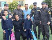 صور.. ضباط بالأمن المركزى يزورون أبناء الشهداء بمدارسهم فى المنوفية