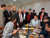 رئيس جامعة طنطا يشارك طلاب المدن الجامعية وجبة الغداء