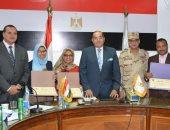 محافظ سوهاج يكرم طالبتين لفوزهما في معرض القاهرة الدولي الرابع للإبتكار
