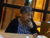 تداول صور لنجمة كبيرة معتزلة تجلس وحيدة بمقهى.. تعرف عليها