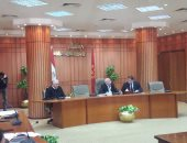 صور .. محافظ بورسعيد يجتمع بلجنة تقنين أوضاع الأراضى