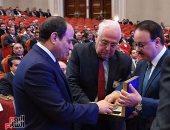 وزير الاتصالات يهدى الرئيس السيسي أول تليفون محمول صنع فى مصر (صور)