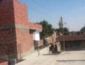 صور.. أهالى قرية بالمنيا يطالبون بإزالة أسلاك الضغط العالى من فوق منازلهم