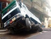 هبوط أرضى يتسبب فى انقلاب سيارة نقل بشارع الصحة بالإسكندرية