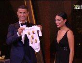 فيديو.. هدية غير متوقعة لصديقة رونالدو فى ليلة تتويجه بالكرة الذهبية