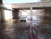 فيديو وصور.. المياه تغطى وسائل المواصلات بعد غرق طريق النفق بأسوان