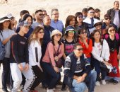صور.. وزير الآثار يلتقط صورا تذكارية مع السائحين بقدس الأقداس