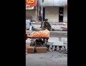 """شاهد """"طفاسة"""" أحد جنود الاحتلال الإسرائيلى بعد سرقته عربة خضار فلسطينى"""