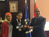 مدير اتحاد الشرطة يكرم مريم طارق  الفائزة بميداليتين في بطولة العالم للسباحة