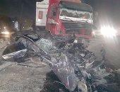 قارئ يشارك بصور حادث مرورى لتصادم مقطورة بسيارة على صحراوى الاسماعيلية