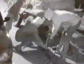 تداول فيديو لسرقة أغطية البالوعات بمدينة السلام وتعريض المارة للخطر