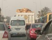 قارئ يرصد حمولة زائدة لسيارة محملة بالحجارة فى مدينة الشروق