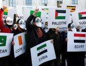 صور.. متظاهرون يتحدون قرار ترامب بشأن القدس بقناع يحمل صورة الأقصى