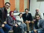 صور.. مجموعة من شباب الإعلاميين فى زيارة آمال فهمى بمستشفى المعادى العسكرى