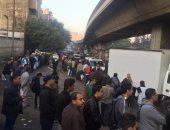 """صور.. """"اوعى تسيب مكانك"""" شعار المواطنين فى طوابير موقف أكتوبر بميدان الجيزة"""
