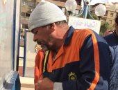 فيديو.. عامل نظافة بالمترو يرتل القرآن بصوت عذب خلال عمله.. وهذه أمنيته