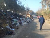 القمامة فى طريق فرسيس بالقليوبية تتسبب فى وقوع الحوادث.. والأهالى يطالبون رفعها