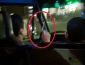 """فيديو..طفل يقود ميكروباص حاملا فى يده """"مطواة"""" بشارع السودان بالجيزة"""