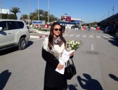 صور.. استقبال سلاف فواخرجى فى مطار قرطاج بتونس بالزهور