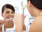 بتواجهك مشكلة نزيف الأسنان وانت بتنضفها بالفرشاة.. اعرف السبب والعلاج