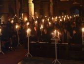 صور.. وقفة بالشموع حدادا على ضحايا انفجار كنيسة فى باكستان