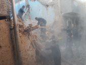 صور.. رجال الدفاع المدنى يواصلون رفع أنقاض المنزل المنهار بقنا