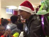 فيديو.. أوباما يتقمص شخصية سانتا كلوز ويهادى الأطفال بمناسبة الكريسماس