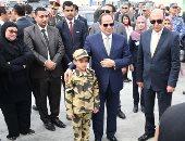 """الرئيس يقدم ابن الشهيد """"منسى"""" لرفع ستار كوبرى والده العائم بقناة السويس (صور)"""