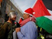 """صور.. مواجهات بين فلسطينيين بزى""""سانتا كلوز"""" وقوات الاحتلال فى بيت لحم"""