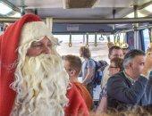 صور.. بابا نويل يوزع الهدايا على السائحين بمطار مرسى علم الدولى