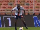 شاهد.. لاعب يحاول إظهار مهاراته بشكل كوميدى فى الدوري السعودي