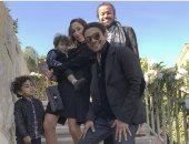 آسر ياسين ينشر صورة جديدة مع عائلته أثناء احتفالهم بالكريسماس