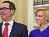 """وزير خزانة ترامب يتلقى هدية من """"الشعب الأمريكى"""" ملفوفة بـ""""روث الخيل"""""""