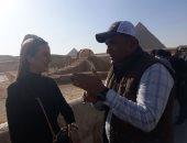 صور.. ملكة جمال اليونان تزور منطقة أهرامات الجيزة والمتحف المصرى