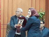 فيديو وصور.. محافظ بورسعيد يكرم المرأة المثالية لعام 2017